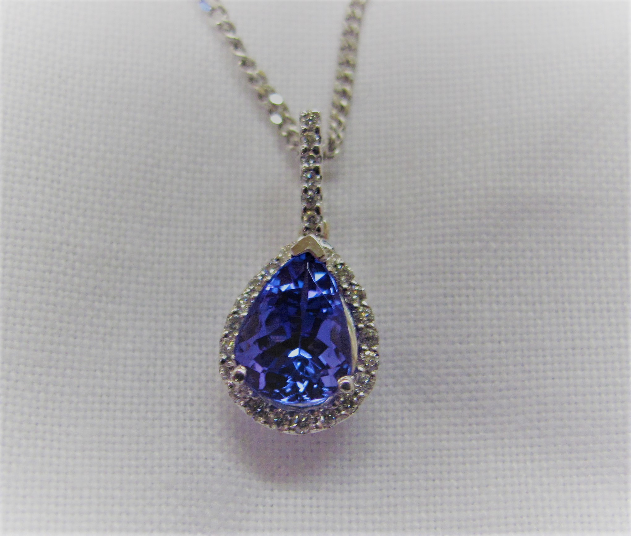 Tanzanite-Diamond-Pendant-white-gold